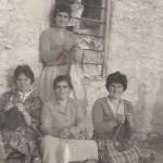 Από αριστερά: Σεμερτζίδου Δέσποινα, Γιαμουρίδου Παρθένα, Σεμερτζίδου Ασημένια, Γιαμουρίδου Αγάπη, Σεμερτζίδου Ευγενία