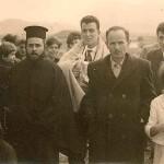 Από αριστερά: Γιαμουρίδου Χαρίκλεια, πίσω της Σεμερτζίδης Σωκράτης, ο παππάς άγνωστος, Σεμερτζίδης Σταύρος, Αμοιρίδης Άνθιμος, πίσω του Σεμερτζίδης Θεολόγος, μπροστά οι μικρές από αριστερά Γιαμουρίδου Λίτσα, Κυρκούδη Κούλα