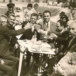 Από αριστερά: Γιαμουρίδης Νικόλαος, Αναστασιάδης Χαράλαμπος, Σεμερτζίδης Κωνσταντίνος, Καραβασίλης Χρήστος, Σεμερτζίδης Σταύρος, άγνωστος, Κοτζαμανίδης Θεόδωρος, άγνωστος, Σεμερτζίδης Ματθαίος